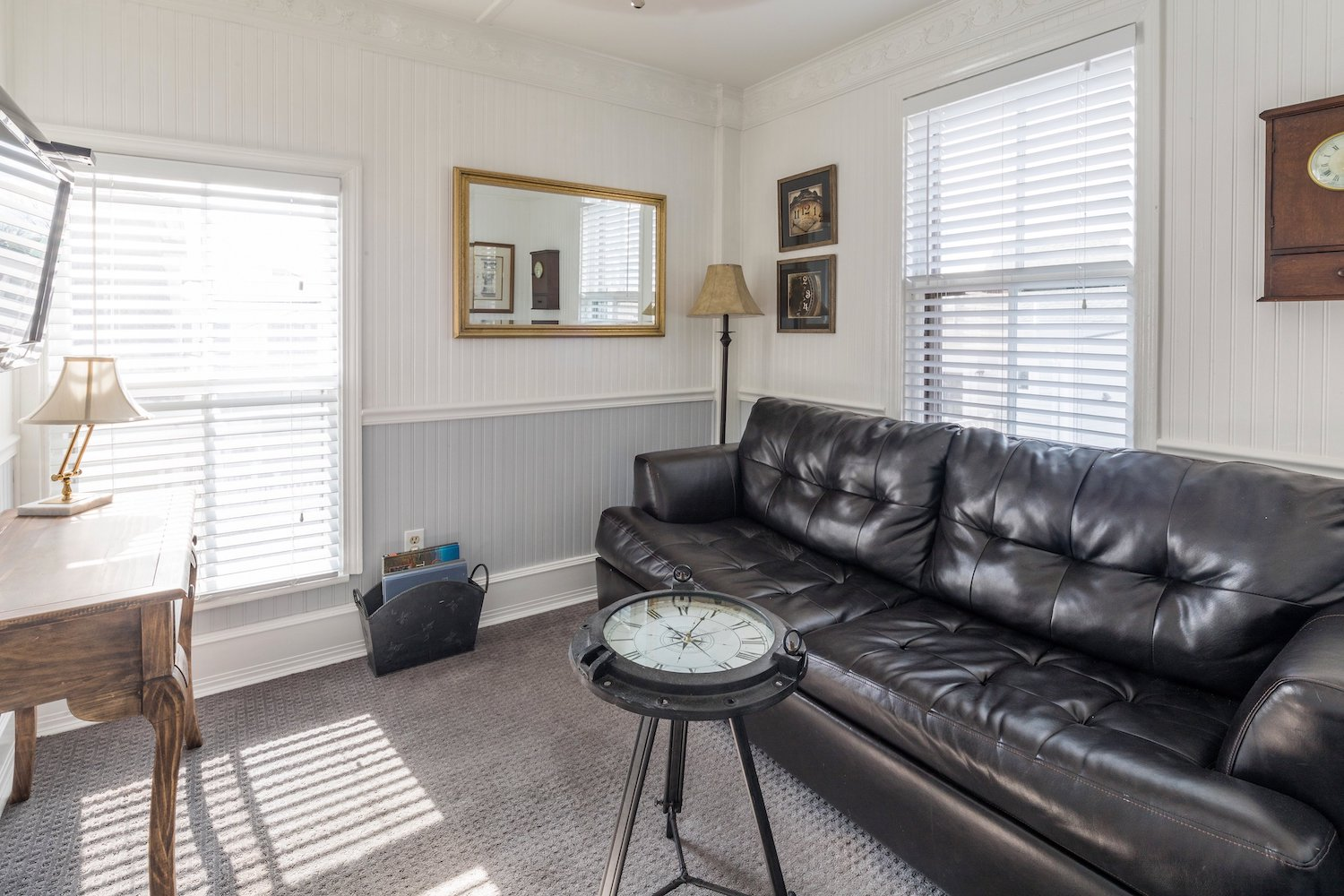 queen-vic-quest-house-provincetown-ROOM-16-LIVING-ROOM